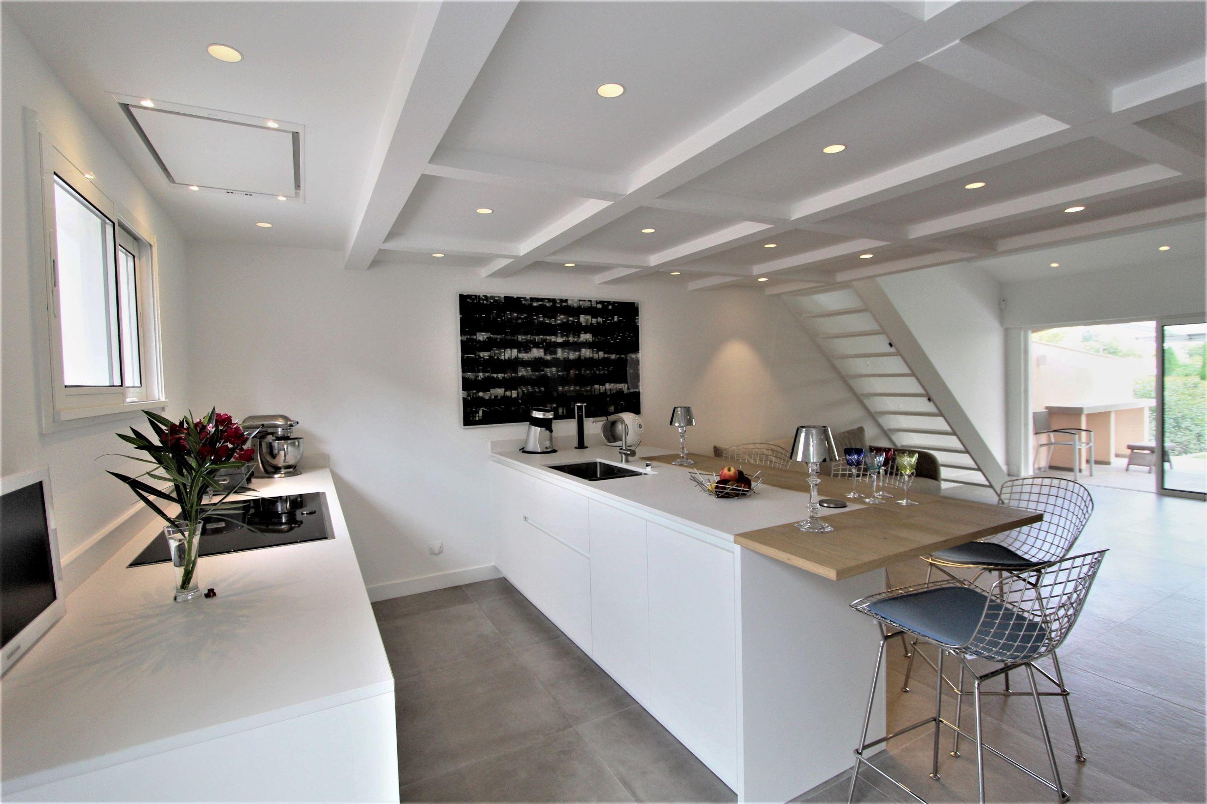 Hotte plafond et plan de travail en Dekton blanc