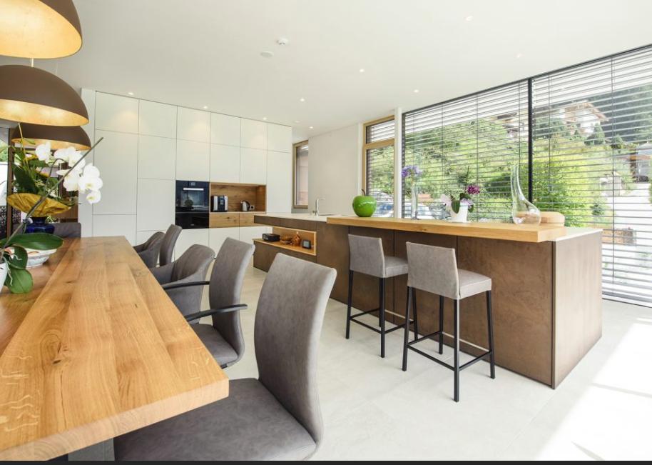Cuisine Leicht Wels Décoration Antibes. Mélange façades laque blanc brillant, bois et façades Steel couleur Corten