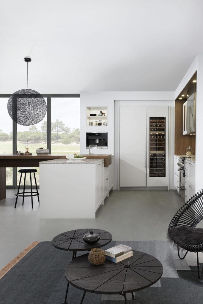 Cuisine traditionnelle Leicht chez Wels Décoration Antibes armoires hautes laque blanc mat et cave à vin